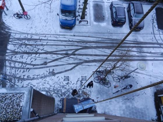 bank takelen in de sneeuw