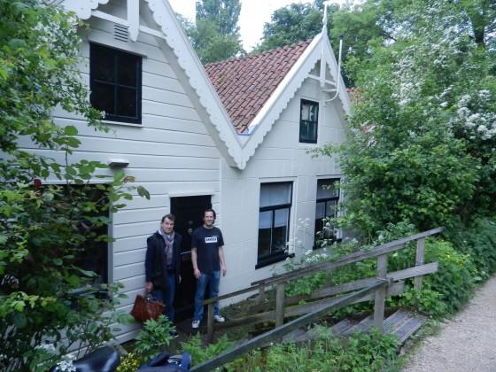 1 voorkant huis met Jeroen en Bram